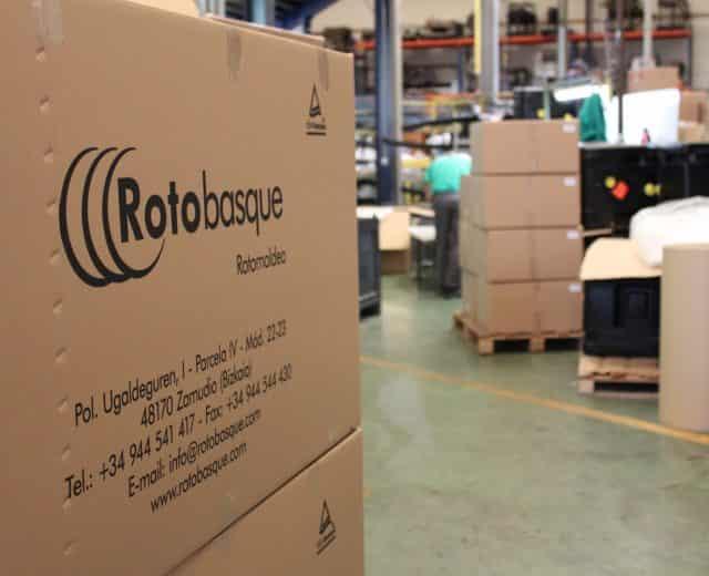 Caja de cartón con producto por rotomoldeo en almacén Rotobasque Moldeo rotacional