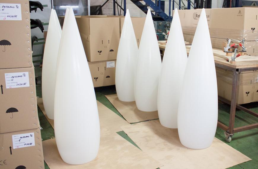 Luces de diseño en serie por rotomoldeo de plasticos en Rotobasque.