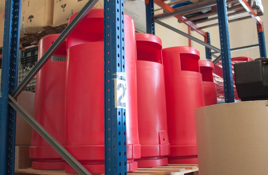 Contenedores de plástico rojos por rotomoldeo en Rotobasque