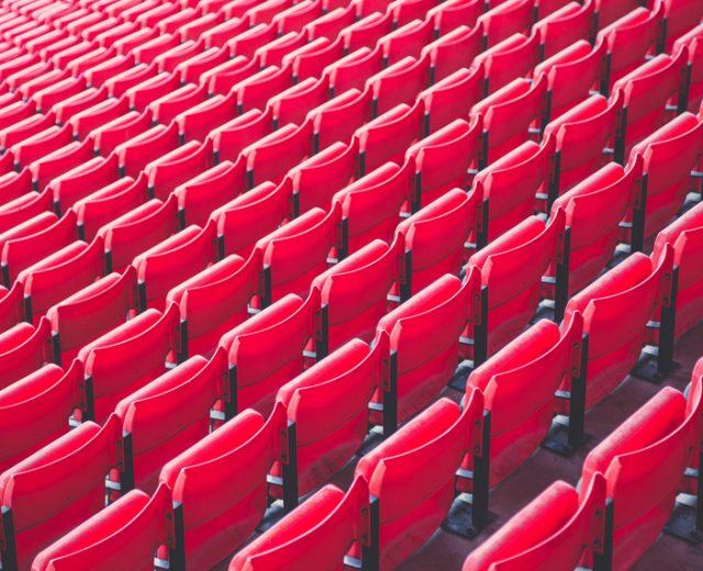 Asientos rojos en rotomoldeo Rotobasque para eventos deportivos