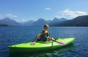 Rotomoldeo en el deporte, kayak verde paisaje Rotobasque
