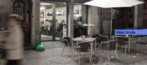 MR. SMOKE cenicero plástico verde en terraza bar