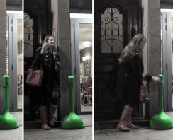 Fumadora usa MR. SMOKE en terraza, cenicero verde por rotomoldeo