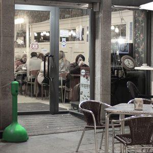 MR. SMOKE cenicero de plástico verde en terraza bar