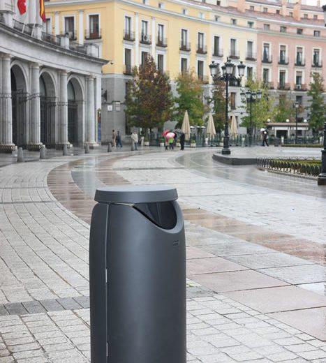 Papelera por rotomoldeo en plaza